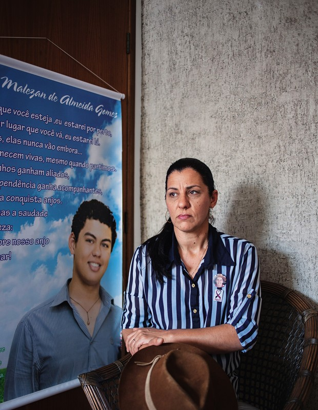 SILÊNCIO Jacqueline Malezan e o cartaz com a foto do filho Augusto, morto aos 18 anos. Desde o enterro dele,  o marido não fala com ela (Foto: Ricardo Jaeger/ÉPOCA)