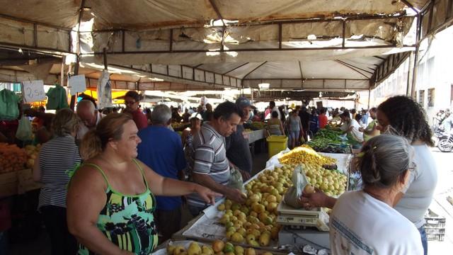 Feira no bairro das Rocas, na zona Leste de Natal, movimenta o comércio na região (Foto: Jocaff Souza/G1)