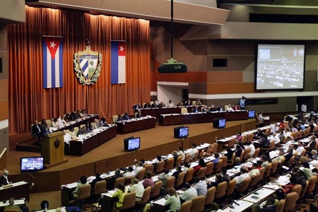 Os presidente de Cuba, Raúl Castro, discursa neste domingo (24) no Parlamento, em Havana (Foto: AFP)
