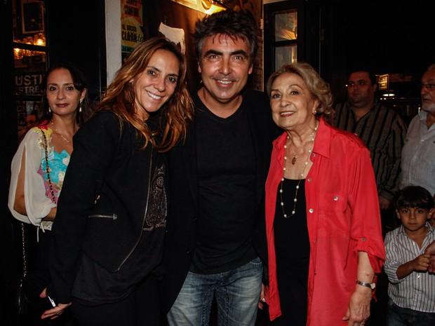 Eva Wilma com o filho e a nora em seu aniversário de 80 anos em um restaurante em São Paulo (Foto: Marcos Ribas/ Foto Rio News)