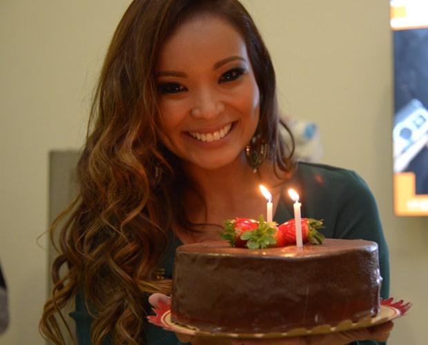 Carol Nakamura recebe bolo surpresa nos bastidores (Foto: Raphael Dias/ TV Globo)