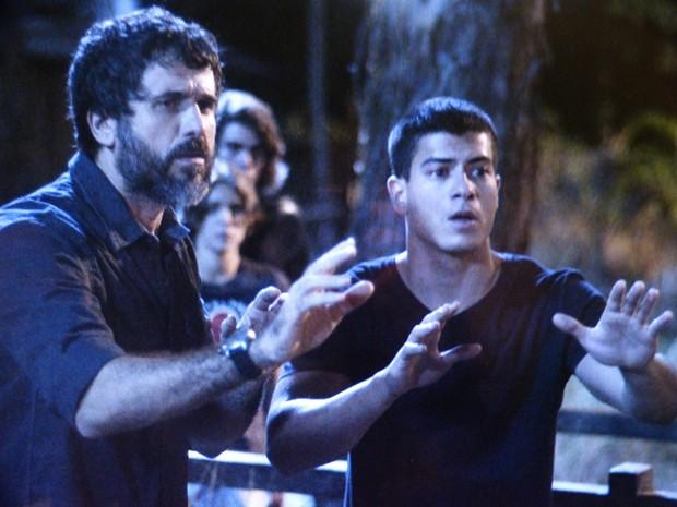 Gael e Duca tentam acalmar o advogado (Foto: TV Globo)