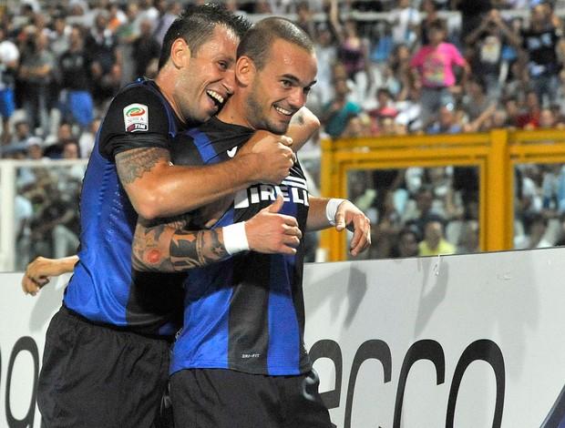 Sneijder e Cassano, Inter de Milão x Pescara  (Foto: Agência AP)