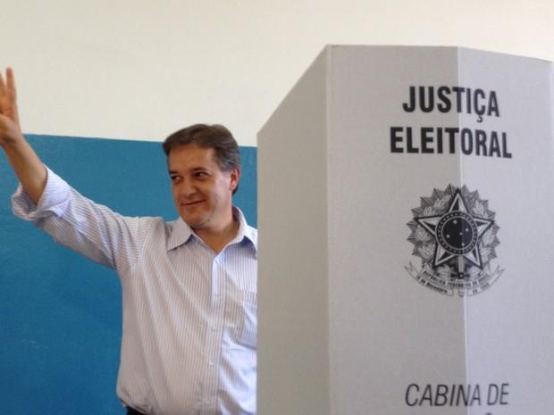 Carlinhos vota em São José (Foto: Arthur Costa/G1)