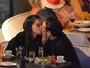 Adriana Lima e Matt Harvey trocam beijos durante jantar em Miami
