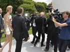 Sean Penn e Charlize Theron trocam carinhos durante semana de moda