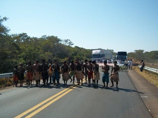 Resultado de imagem para Índios fazem protesto e bloqueiam BR-364 em Rondônia