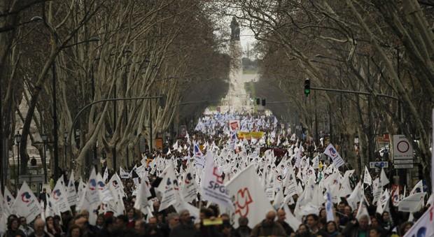 Manifestantes marcham na avenida Liberdade durante protestos contra as medidades de austeridade do governo (Foto: Francisco Seco/AP)