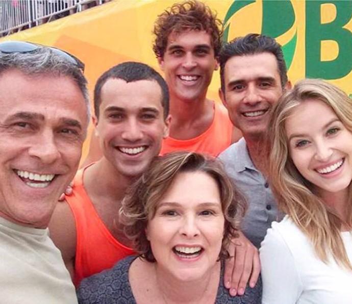 Após as gravações, Barbara aproveitou para fazer a selfie com os atores do elenco (Foto: Arquivo Pessoal)