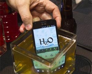 Celular da HzO é à prova de suco, refrigerante e cerveja (Foto: Steve Marcus/Reuters)