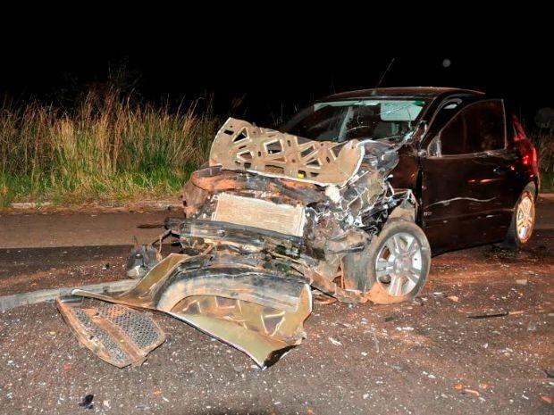 Carro atingido pelo veículo da vítima, após rodar na pista (Foto: Márcio Rogério/ Nova News)