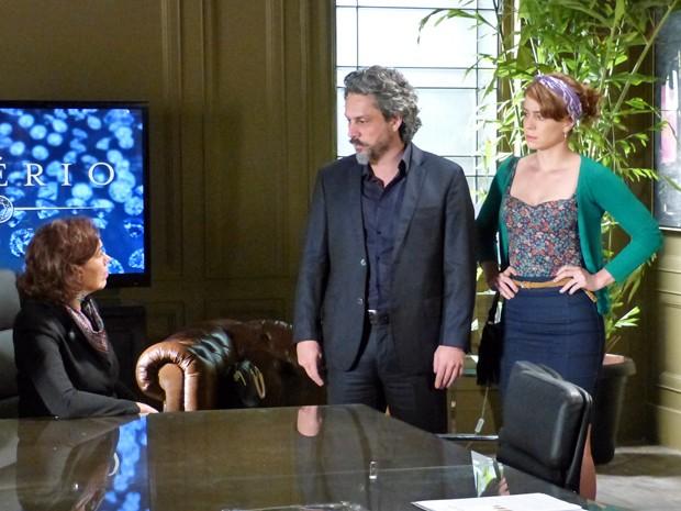 José Alfredo garante a Marta que Cris irá trabalhar na Império  (Foto: Império/TV Globo)