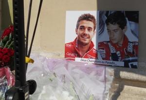 """Quadro com fotos de Jules Bianchi e Ayrton Senna, duas últimas vítimas fatais na Fórmula 1 e a legenda """"Dois campeões no paraíso"""" - funeral (Foto: Livio Oricchio)"""