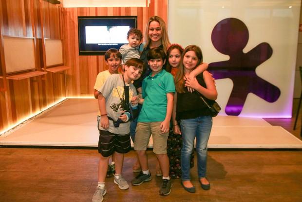 Fernanda Gentil com o filho, o afilhado, e outras crianças (Foto: Ricardo Nunes / Divulgação)