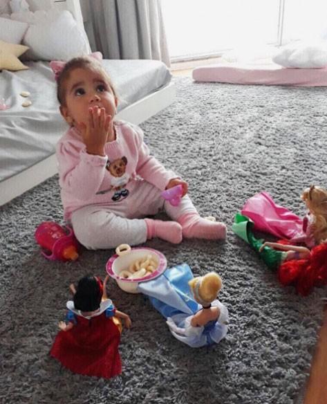 Maria Flor brincando de boneca (Foto: Reprodução/ Instagram)