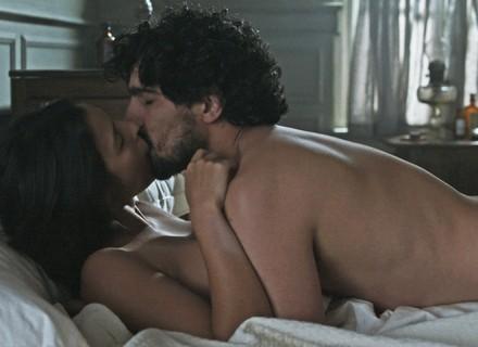 Augusto flagra Júlia e Vicente na cama