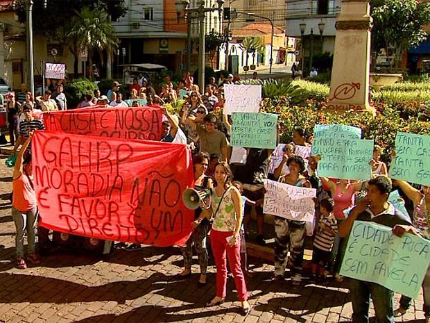 Manifestantes se reuniram em frente à Prefeitura de Ribeirão Preto para protestar contra condições de moradias populares no município (Foto: Cláudio Oliveira/EPTV)