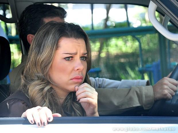 Bernardete vê Caetano visitando uma mulher no Grajaú e tira conclusões (Foto: Jacson Vogel / TV Globo)