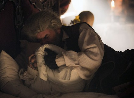 Mão de Luva deita na cama de Dionísia e cheira suas roupas