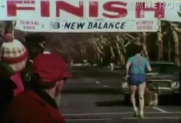 Dick Traum completando a Maratona de Nova York pela primeira vez, em 1976 (Foto: Reprodução/SporTV)