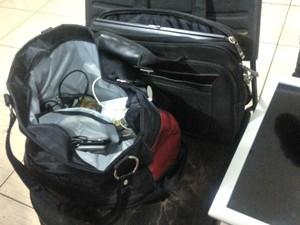 Demais obejtos encontrados na casa do comparsa foram entregues na Central  (Foto: Hosana Morais/G1)