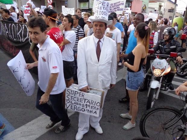 """""""Homem do sapato branco"""" protesta contra os supersalários em Limeira (Foto: Raphael Justino/colaboração para o G1)"""
