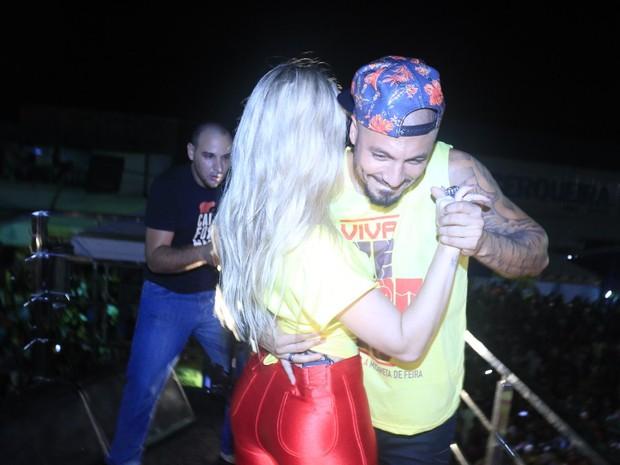 Ex-BBBs Aline e Fernando em micareta em Feira de Santana, na Bahia (Foto: Fred Pontes/ Divulgação)