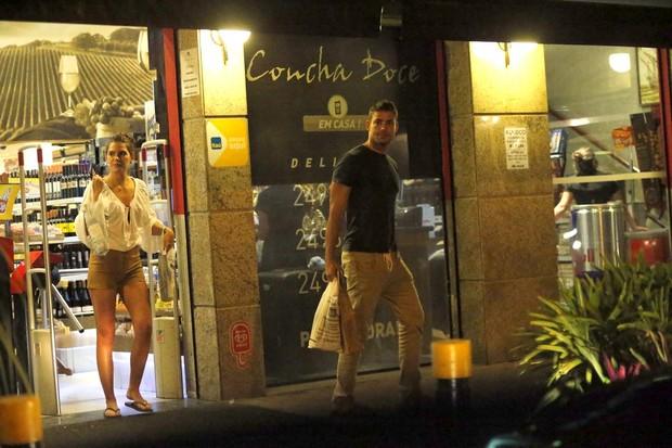 Cauã Reymond e namorada (Foto: agnews)