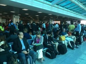 Sala de embarque do Santos Dumont estava cheia às 8h10 (Foto: Eduardo Vallim / G1)