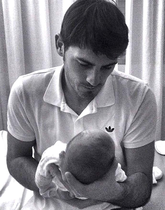Casillas com o filho recém nascido (Foto: EFE)