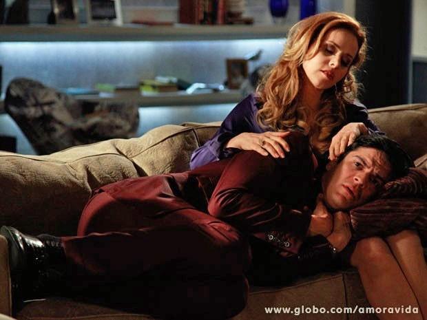 Ao ver Félix fragilizado, Glauce acaba se envolvendo com o vilão (Foto: Ellen Soares/TV Globo)