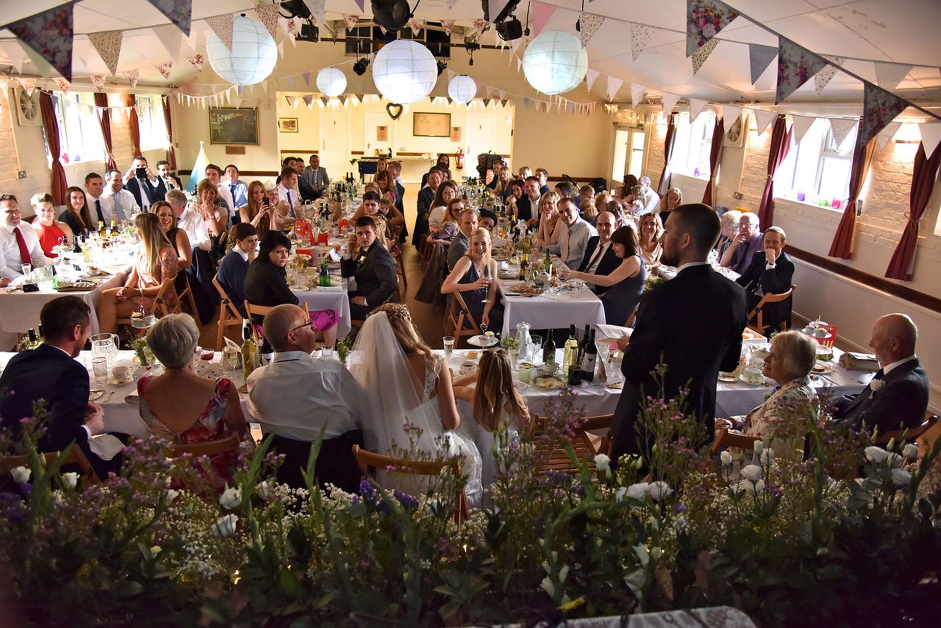 A festa de casamento parece ter o mais importante amigos e alegria (Foto: Grosby Group)