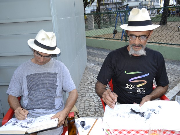 Artistas plásticos confeccionavam 'Diário da Copa' durante jogo Espírito SANTO (Foto: Geovana Chrystêllo/ G1)