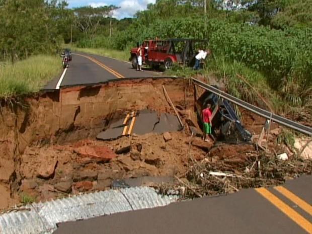 Ponte na região da Água Fria que desabou em fevereiro do ano passado em São Carlos (Foto: Reprodução/ EPTV)