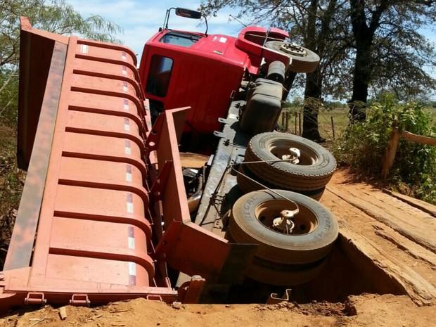 Caminhão tombou em ponte de madeira na zona rural de Cotegipe  (Foto: Blog do Sigi Vilares)