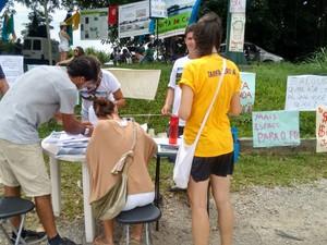 Grupo recolheu assinaturas na tarde deste sábado  (Foto: Mateus Castro/RBS TV)