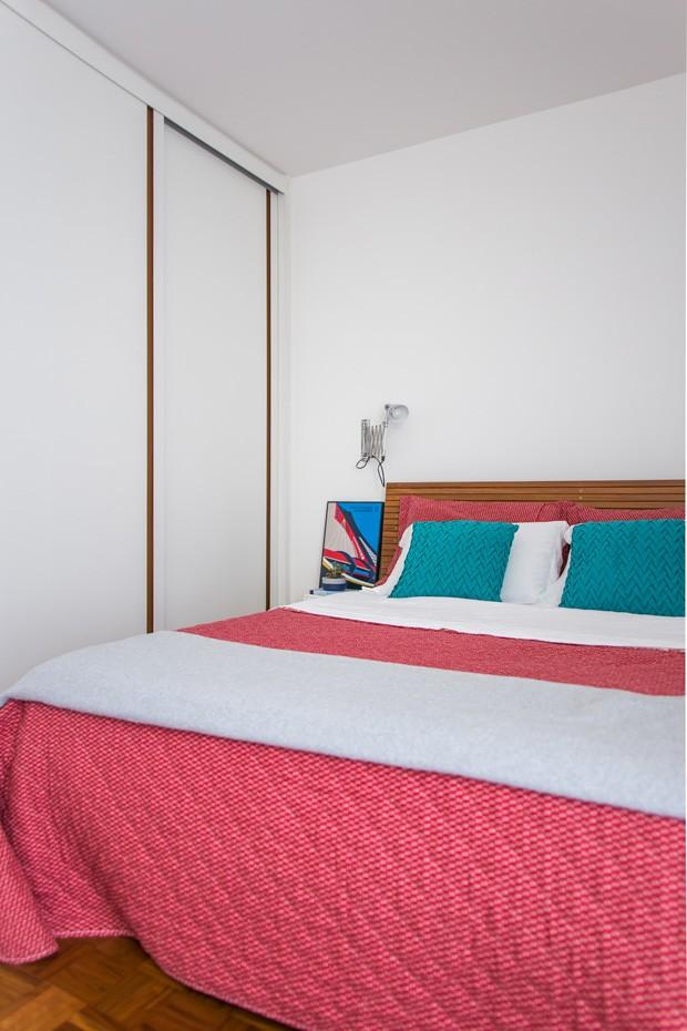 A cama e a cabeceira são da Fernando Jaeger Pronto Para Levar. A roupa de cama, as almofadas e os travesseiros são da Mmartan. A mesa ao lado da cama é da MB Studio. O quadro foi comprado em viagem pelos clientes, e o vaso com planta é da Cacteria (Foto: Estúdio Pulpo)