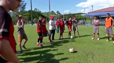 Tiago Batizoco observa treinos do sub-15 e sub-17 do Comercial-MS (Foto: Reprodução/TV Morena)
