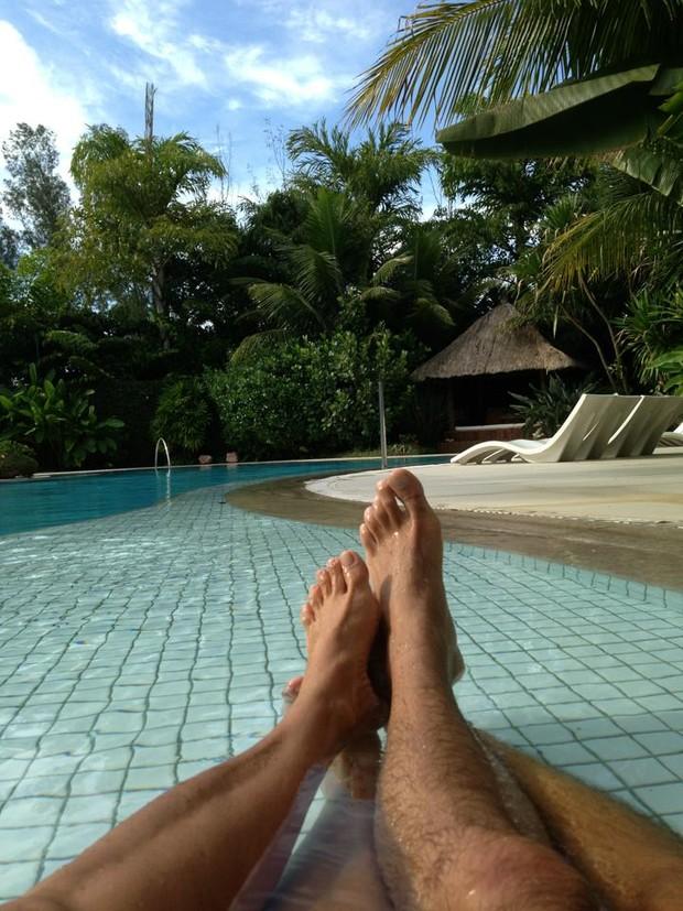 Xuxa e Junno na piscina (Foto: Facebook_reprodução)