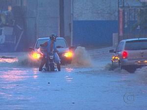 Chuva deicou trecho da Perimetral Norte alagado (Foto: Reprodução/TV Globo)