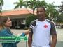 Zagueiro Rodrigo planeja arremesso com pés em evento da NBA na Flórida