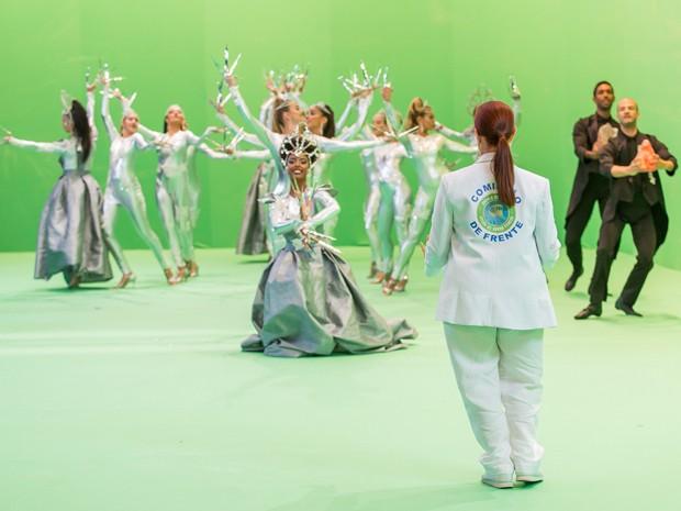 Regina orienta bailarinos para desfile em Império (Foto: Artur Meninea/Gshow)