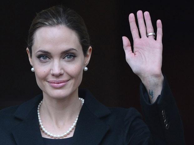 A atriz Angelina Jolie nesta quinta-feira (11) em Londres (Foto: Reuters)