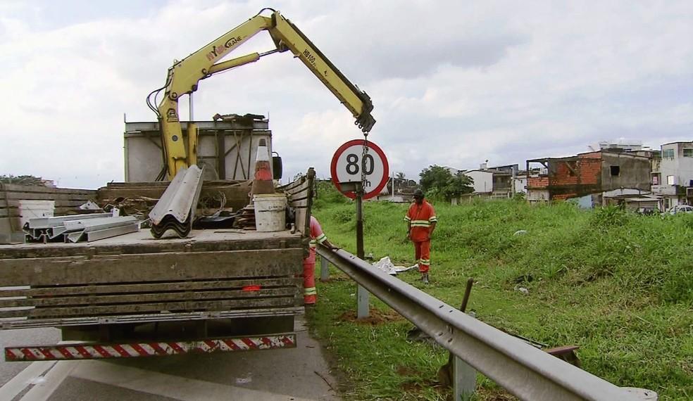 Concessionária instalou grades na Rodovia dos Imigrantes (Foto: Reprodução/TV Tribuna)