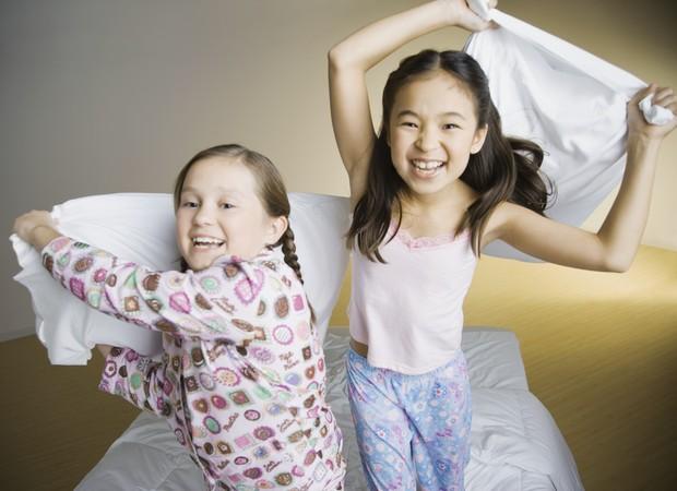 guerra de travesseiros; dormir fora de casa; amigos; amizade; criança; cama (Foto: Thinkstock)