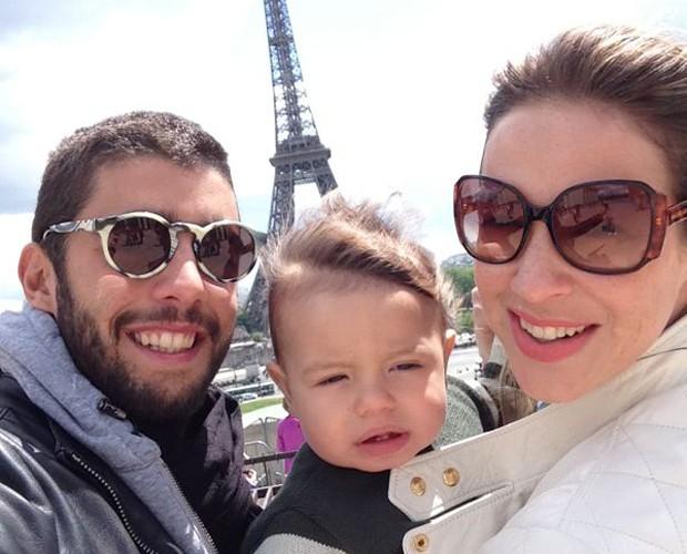 Scooby, Dom e Luana com a Torre Eiffel de plano de fundo (Foto: Arquivo Pessoal)