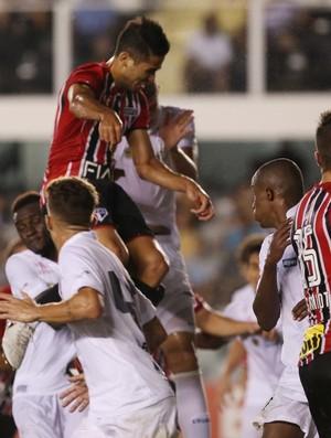 Alan Kardec ganha de Gustavo Henrique e faz o gol do São Paulo no empate em 1 a 1 com o Santos