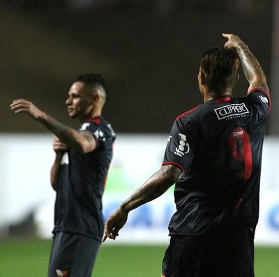 Guerrero aponta para Pará na comemoração do primeiro gol (Foto: Gilvan de Souza/Flamengo)
