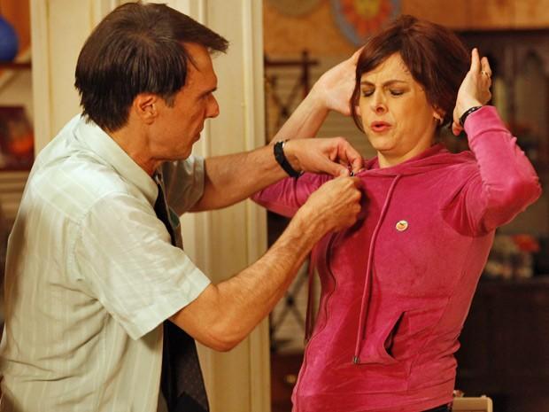 Nieta passa mal de desconforto ao vestir a peça com defeito da Positano. Dinorah fica tenso (Foto: Guerra dos Sexos/ TV Globo)