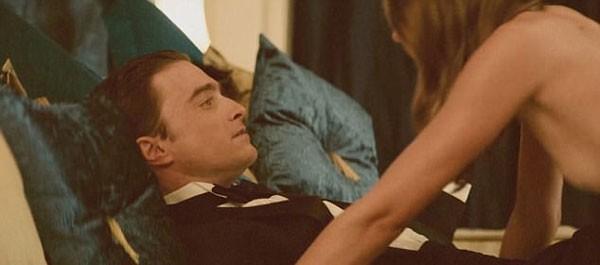 Daniel Radcliff em cena picante com a atriz Natasha Pruchniewicz (Foto: Reprodução)